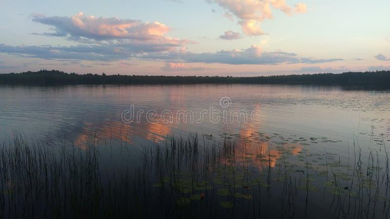 Coucher du soleil cramoisi au-dessus du lac de miroir photographie stock