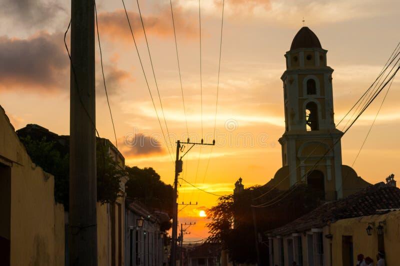 Coucher du soleil cubain de rue avec l'oldtimer au Trinidad, Cuba images libres de droits