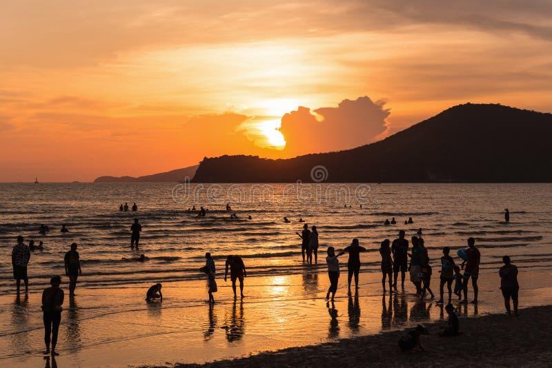 Coucher du soleil d'or à la plage serrée en Thaïlande photo libre de droits