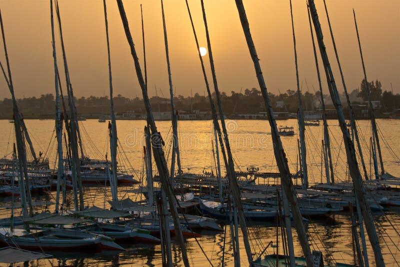 Coucher du soleil d'or à la rivière le Nil avec les bateaux à Louxor, Egypte images libres de droits