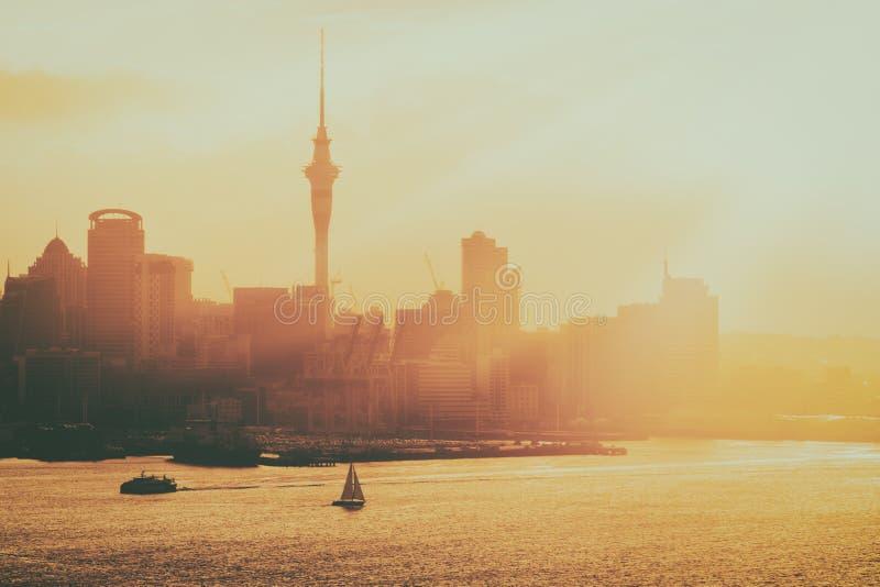 Coucher du soleil d'or à la ville d'Auckland, Nouvelle-Zélande photographie stock libre de droits