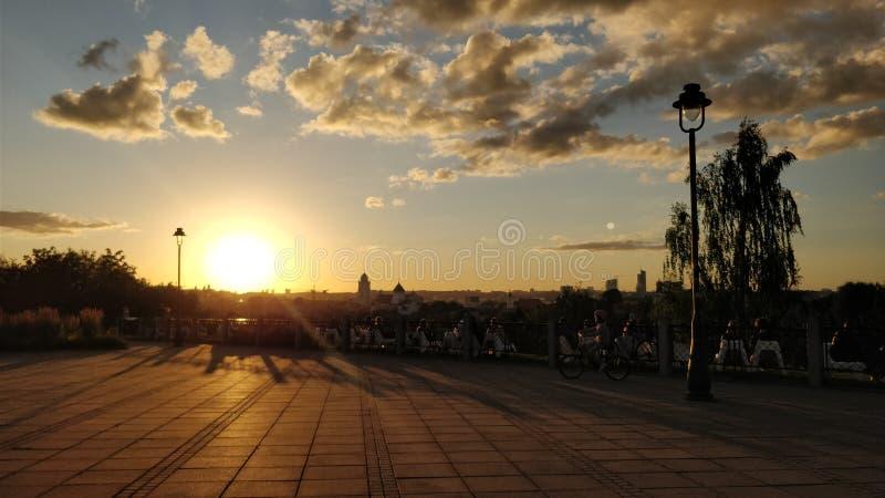 Coucher du soleil d'été à Vilnius Lithuanie photo libre de droits