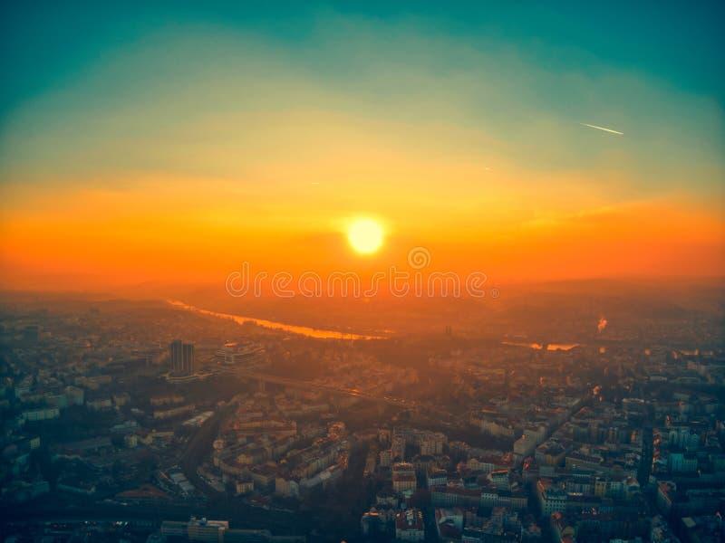 Coucher du soleil d'été aérien de Prague beau photo libre de droits