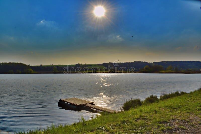 Coucher du soleil d'été au-dessus de grand étang de Vrestov photos libres de droits