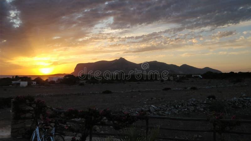 Coucher du soleil d'été en île de Favignana images stock