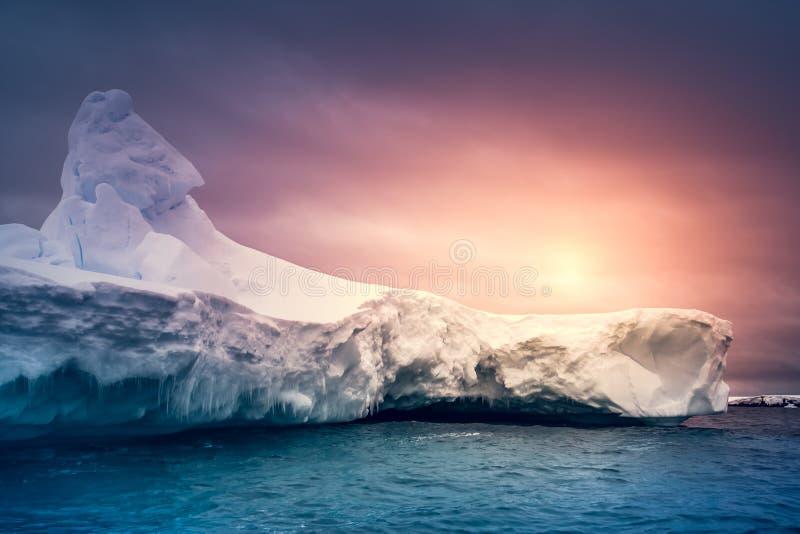 Coucher du soleil d'été en Antarctique photographie stock libre de droits