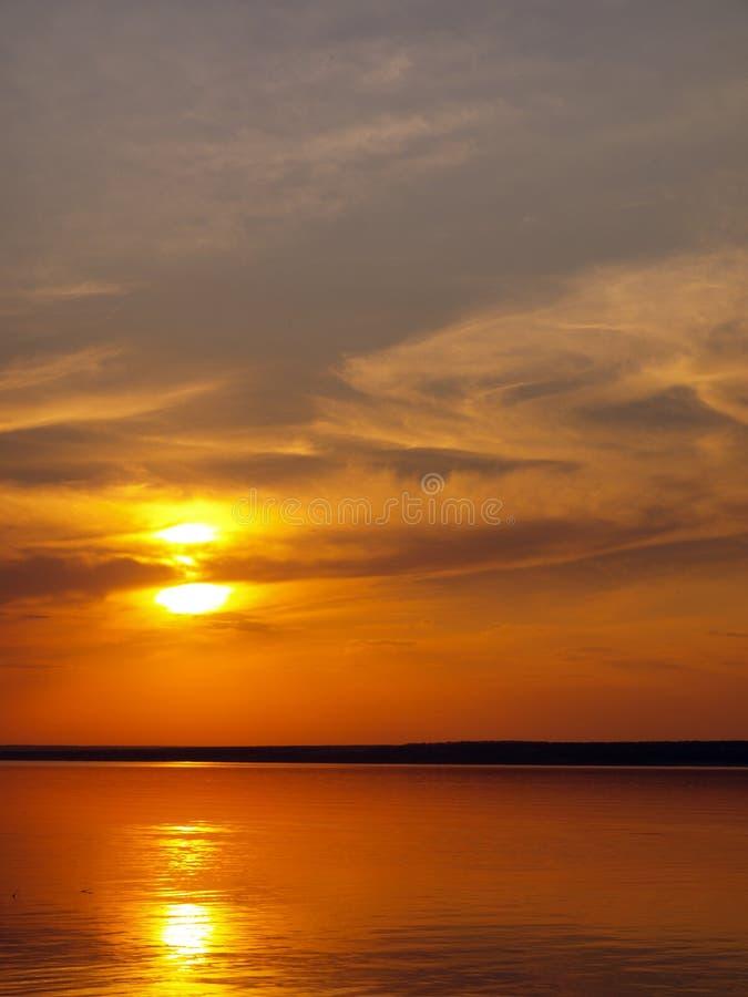 Coucher du soleil d'été sur le lac photographie stock