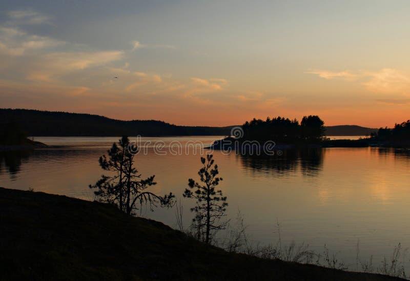 Coucher du soleil d'été sur le Ladoga photographie stock libre de droits