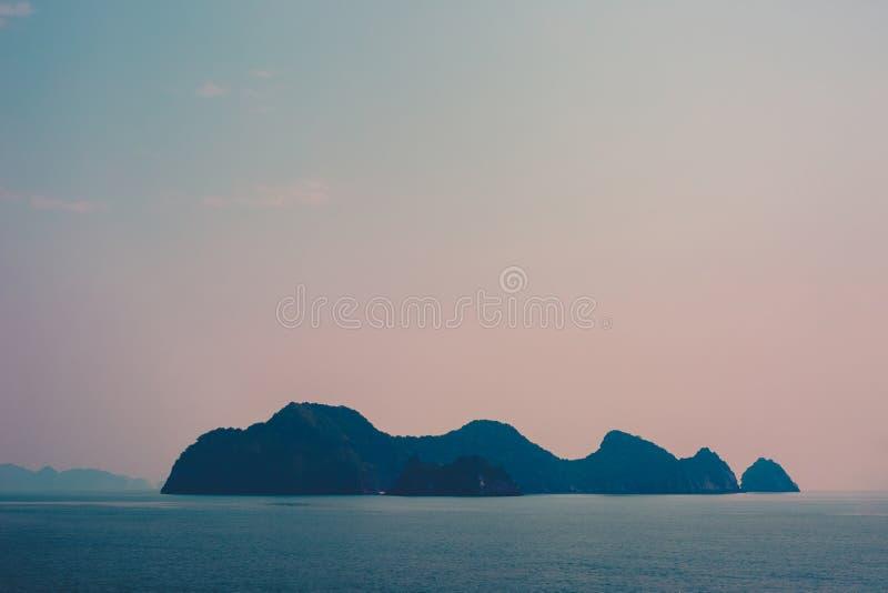 Coucher du soleil d'île de baie de Halong image libre de droits