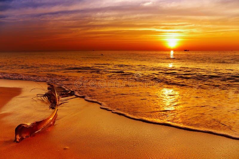 Coucher du soleil d'or, île de Chang, Thaïlande photographie stock