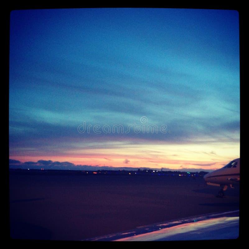 Coucher du soleil d'aéroport image libre de droits