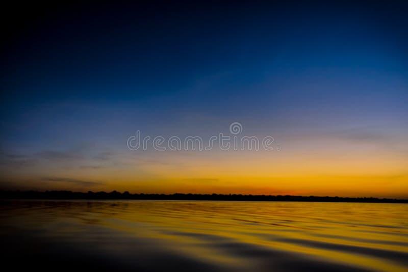 Coucher du soleil d'Amazone dans le lac Amanã photographie stock libre de droits