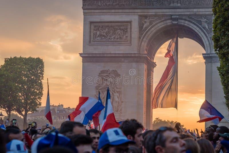 Coucher du soleil d'Arc de Triomphe et drapeau français après la coupe du monde 2018 photographie stock libre de droits