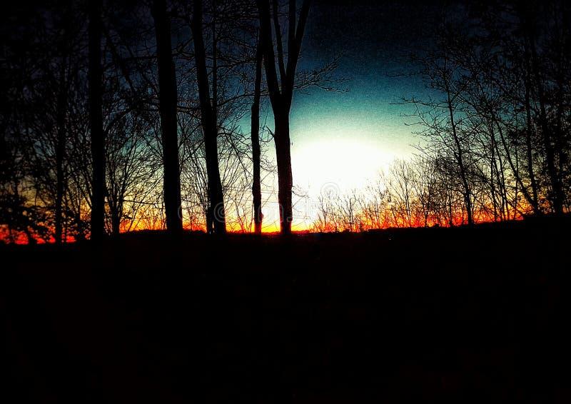 Coucher du soleil d'arc-en-ciel sur le feu photo stock