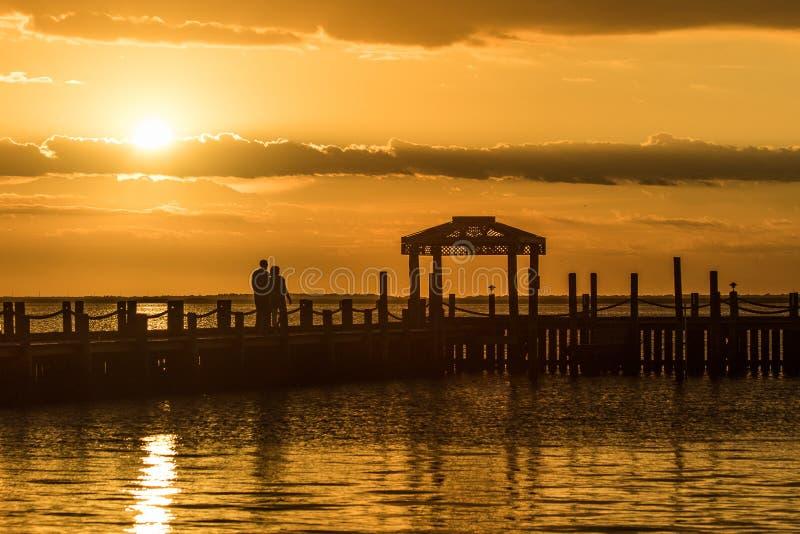 Coucher du soleil d'or au-dessus de l'eau image libre de droits