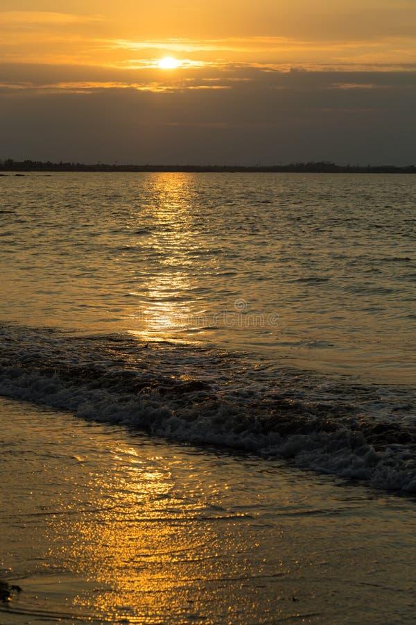 Coucher du soleil d'or au-dessus de la côte d'océan photo stock