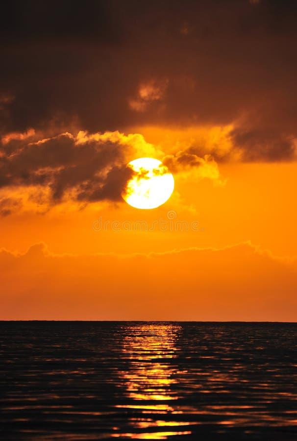 Coucher du soleil d'or au-dessus de mer photo libre de droits