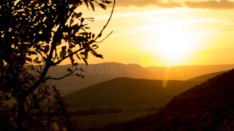 Coucher du soleil d'or au-dessus des collines images stock