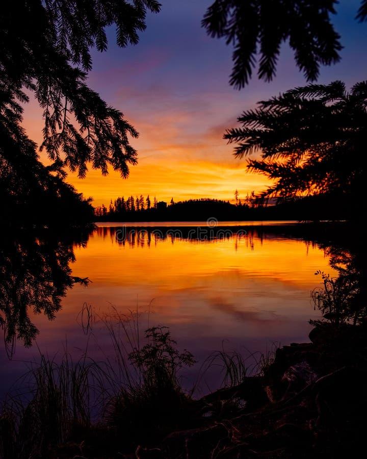 Coucher du soleil d'or au lac strbske pleso dans haut Tatras, Slovaquie photo stock
