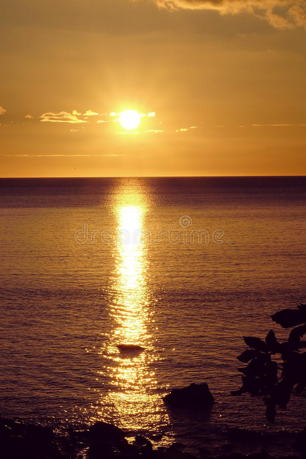 Coucher du soleil d'or dans Anilao Philippines image libre de droits