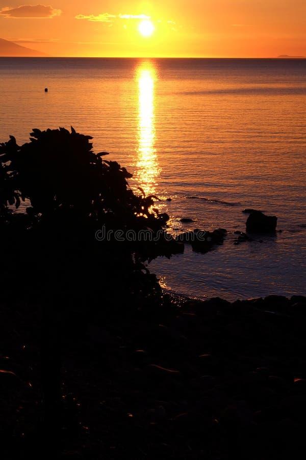 Coucher du soleil d'or dans Anilao Philippines photo stock