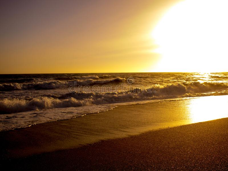 Coucher du soleil d'or dans la plage photos libres de droits
