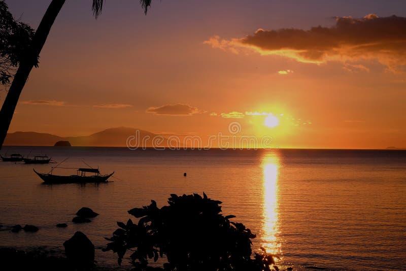 Coucher du soleil d'or dans le paysage d'Anilao Philippine photo stock