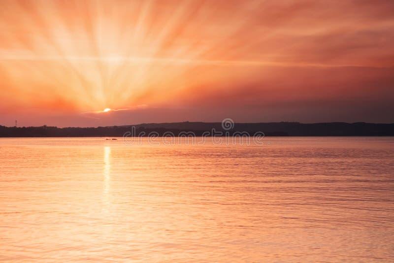 coucher du soleil d'or de plage image libre de droits