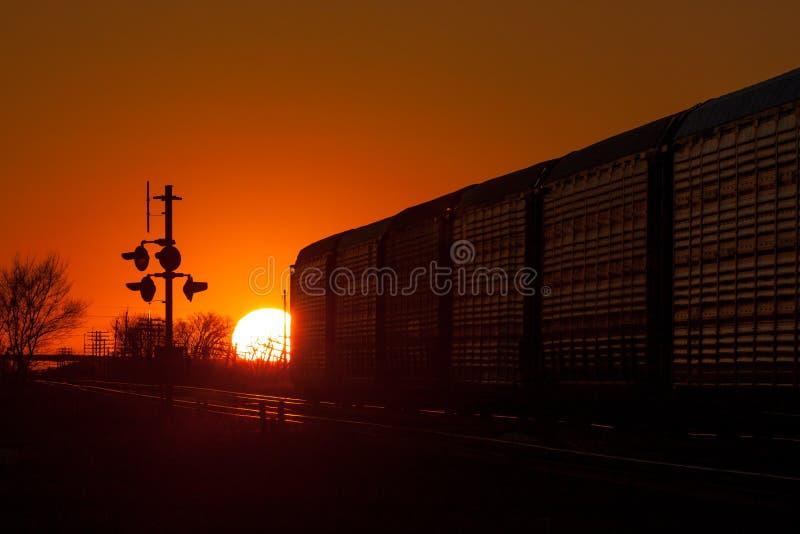 Coucher du soleil d'or derrière le train de départ photos stock