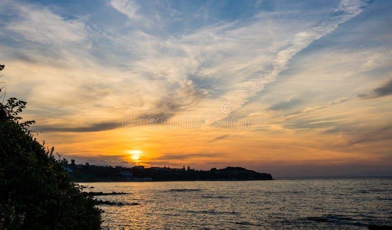 Coucher du soleil d'or dramatique au-dessus de Zakynthos photos stock