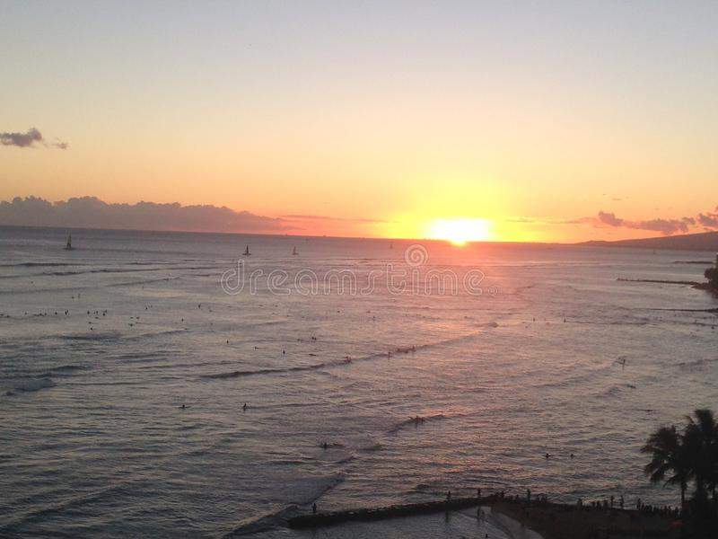 Coucher du soleil d'Hawaï de plage de Waikiki photos libres de droits