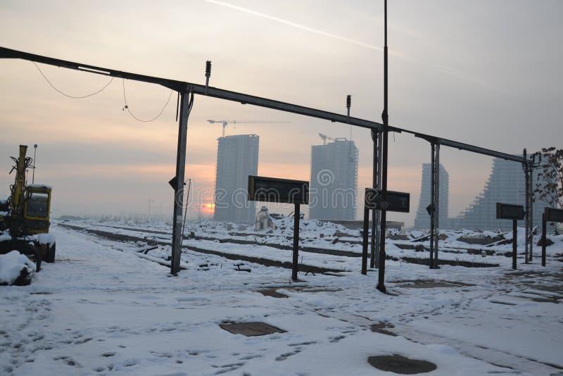 Coucher du soleil d'hiver à Belgrade comme vu de la vieille gare ferroviaire photographie stock libre de droits