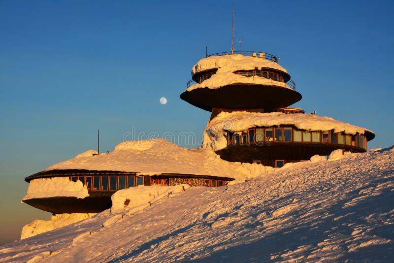 Coucher du soleil d'hiver au-dessus du bâti de Sniezka dans les montagnes géantes, Karkonosze, Pologne photographie stock