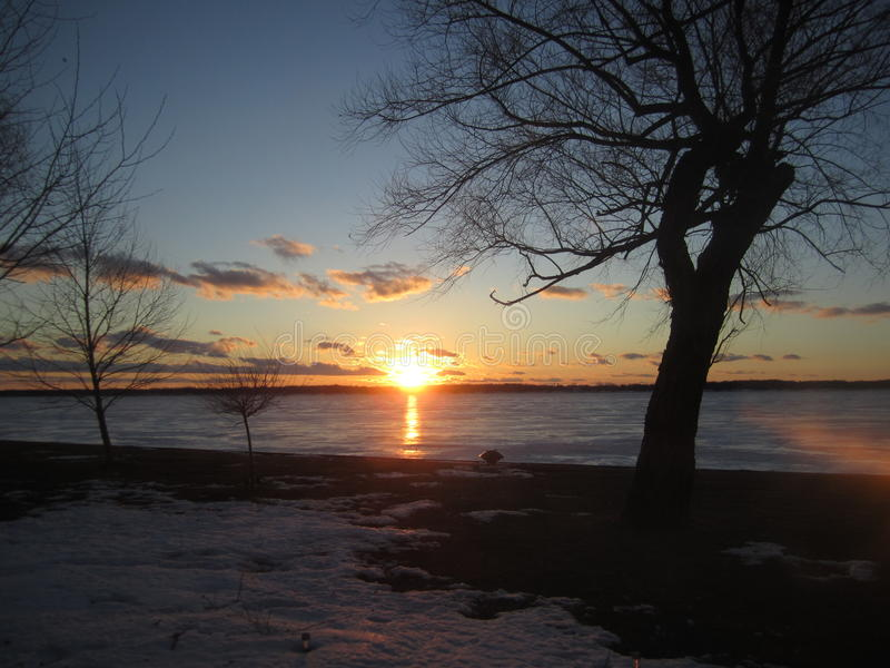 Coucher du soleil d'hiver au-dessus d'île Michigan de Grosse photos stock