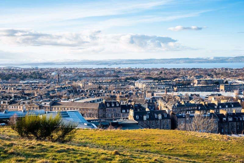Coucher du soleil d'hiver au-dessus d'Edimbourg et de Firth d'en avant photos stock