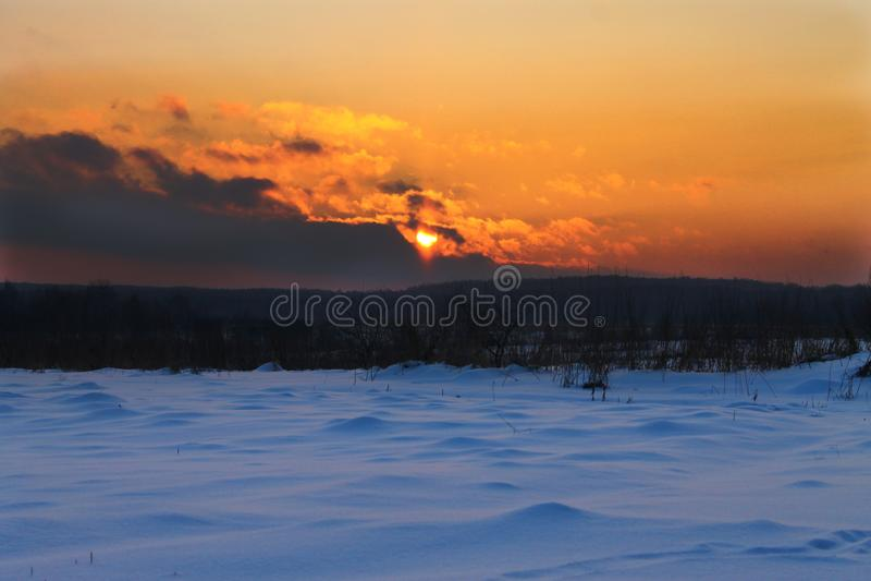 Coucher du soleil d'hiver dans le village image libre de droits