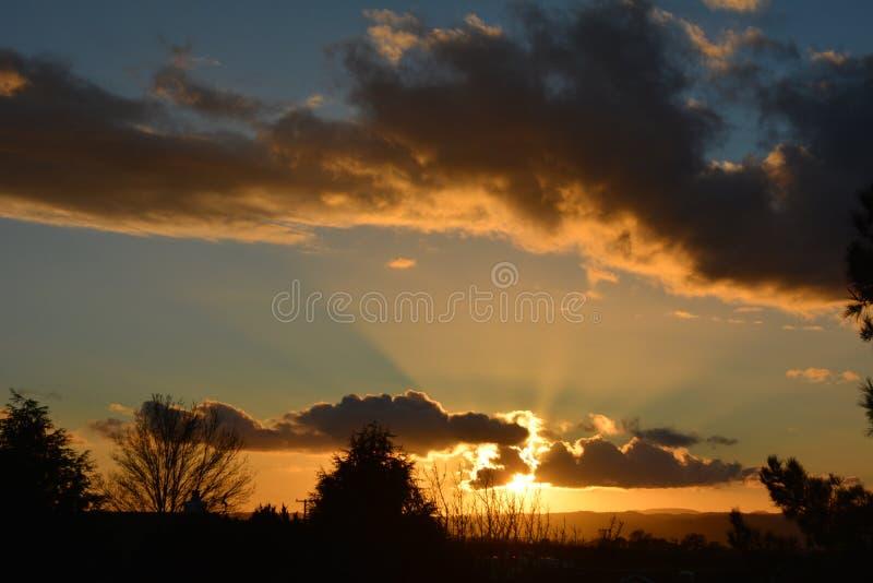 Coucher du soleil d'hiver de Paso Robles avec des faisceaux du soleil photographie stock