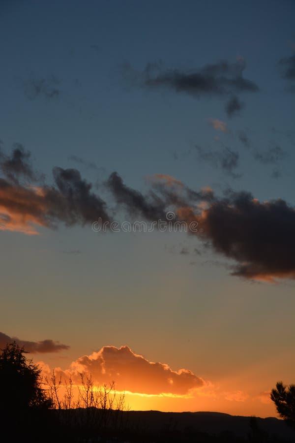 Coucher du soleil d'hiver de Paso Robles avec la silhouette des arbres et de la grange image stock