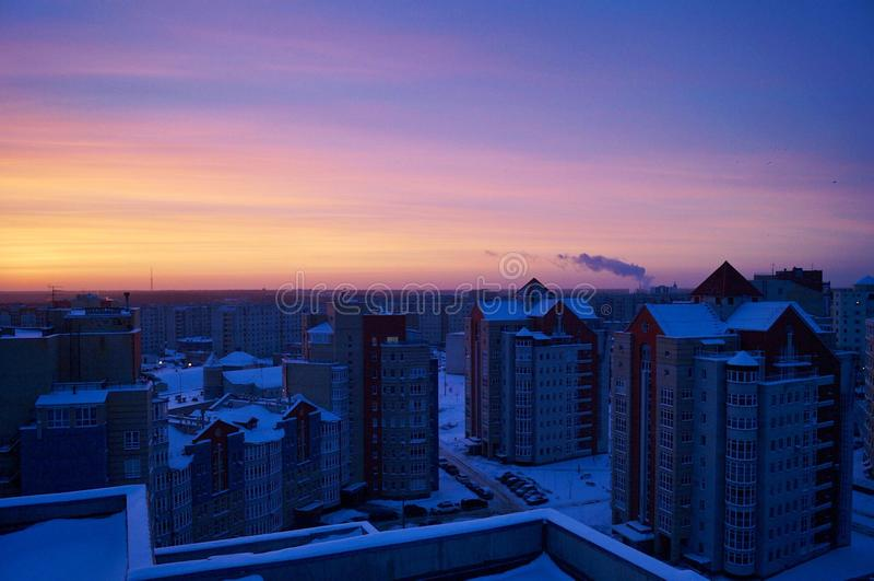 Coucher du soleil d'hiver parmi les gratte-ciel photos stock