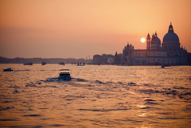 Coucher du soleil d'hiver pendant le week-end d'ouverture de carnaval à Venise image libre de droits