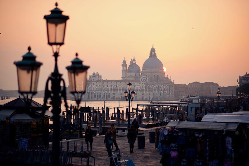 Coucher du soleil d'hiver pendant le week-end d'ouverture de carnaval à Venise photo stock