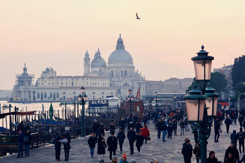Coucher du soleil d'hiver pendant le week-end d'ouverture de carnaval à Venise images stock