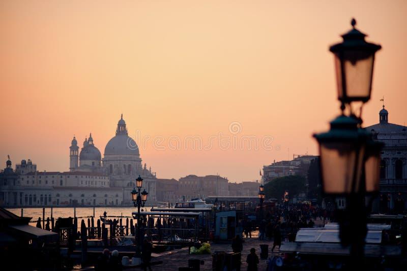 Coucher du soleil d'hiver pendant le week-end d'ouverture de carnaval à Venise photos libres de droits