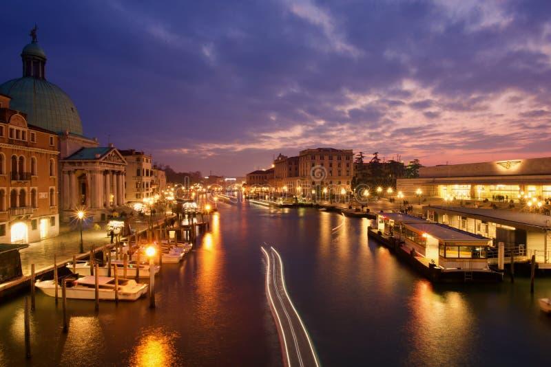 Coucher du soleil d'hiver pendant le week-end d'ouverture de carnaval à Venise photographie stock