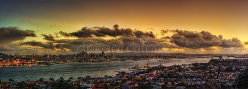 Coucher du soleil d'horizon d'Auckland images libres de droits