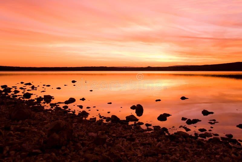 Coucher du soleil d'Idilic au-dessus de l'eau de mer photo libre de droits