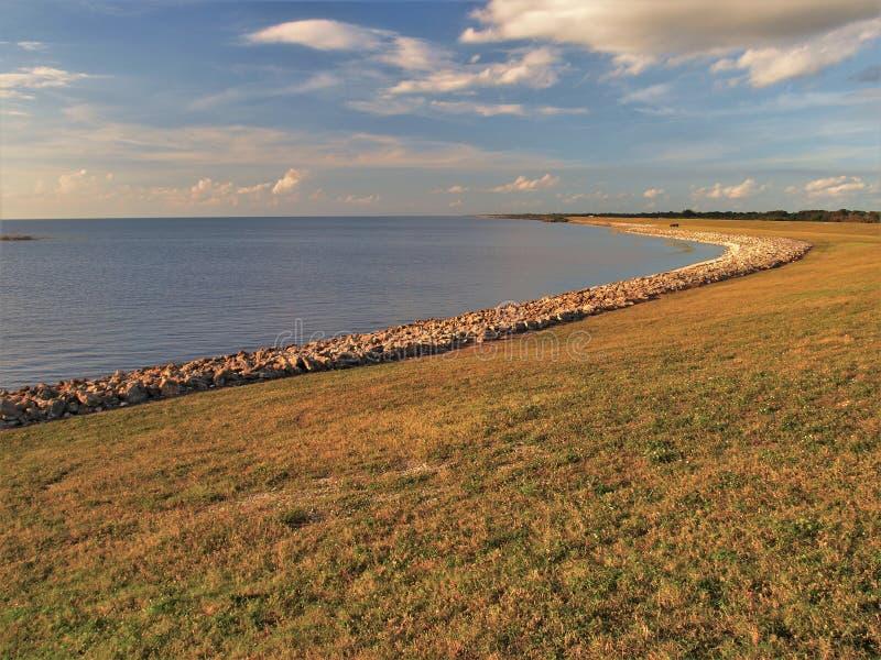 Coucher du soleil d'Okeechobee de lac à la serrure de Mayaca de port photographie stock
