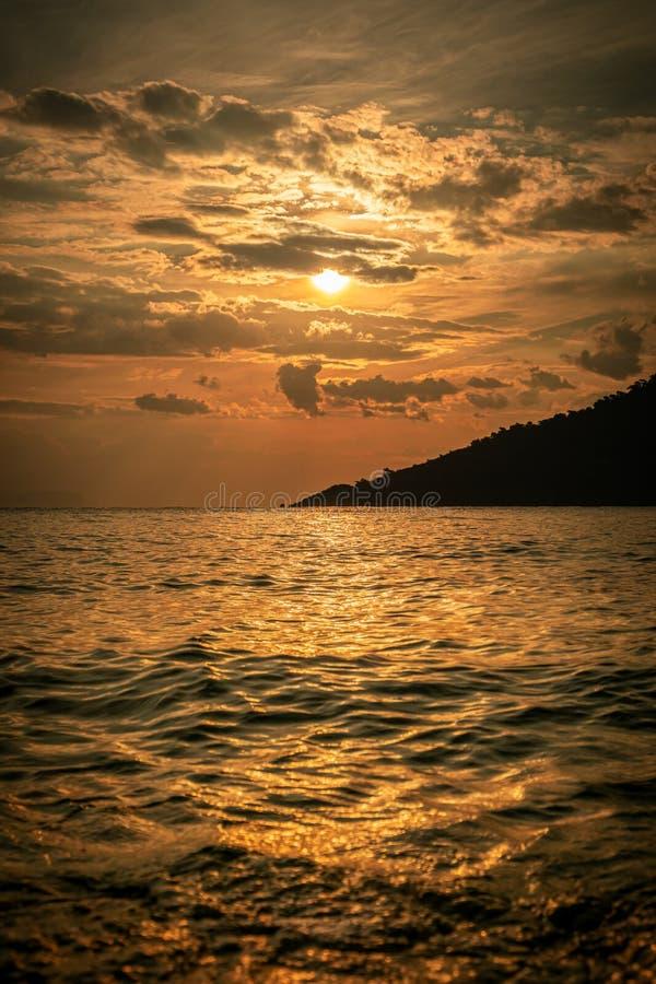Coucher du soleil d'or stupéfiant au-dessus de la plage Marmaris, Mugla, Turquie heures d'or photo libre de droits
