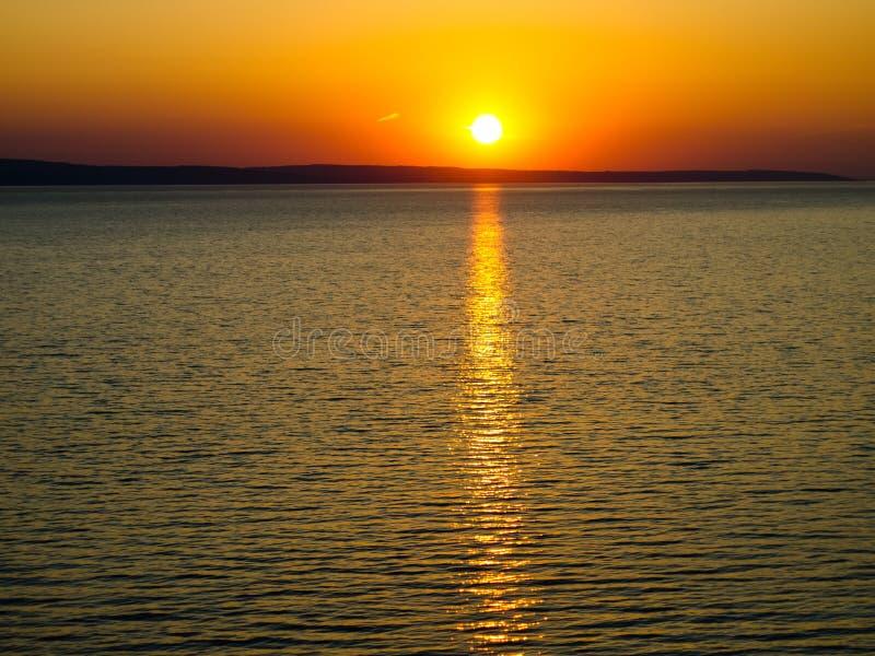 Coucher du soleil d'or sur la rivière photo stock