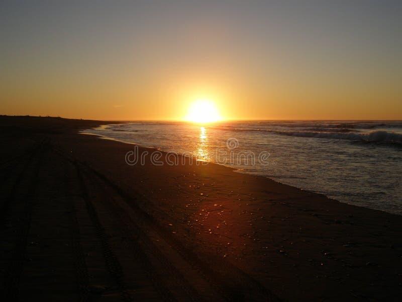 Coucher du soleil d'une plage en été image libre de droits